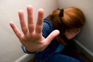 В Мариуполе подростки неоднократно насиловали сверстницу и снимали все на телефон