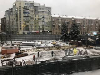 В Харькове строительный кран рухнул на вагончик рабочих