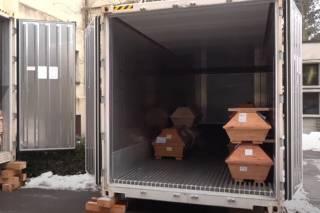 На улице немецкого города появились мобильные рефрижераторы для хранения гробов умерших от коронавируса