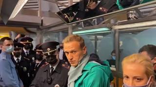 Навальный вернулся в Москву и тут же стал узником совести