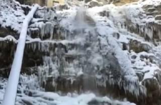 Появилось видео, как в Крыму обледенел известный водопад