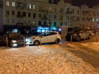 Всему виной труба: в центре Киева столкнулись сразу 6 автомобилей