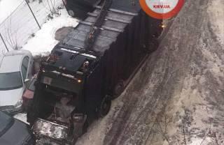 В Киеве мусоровоз протаранил сразу девять автомобилей