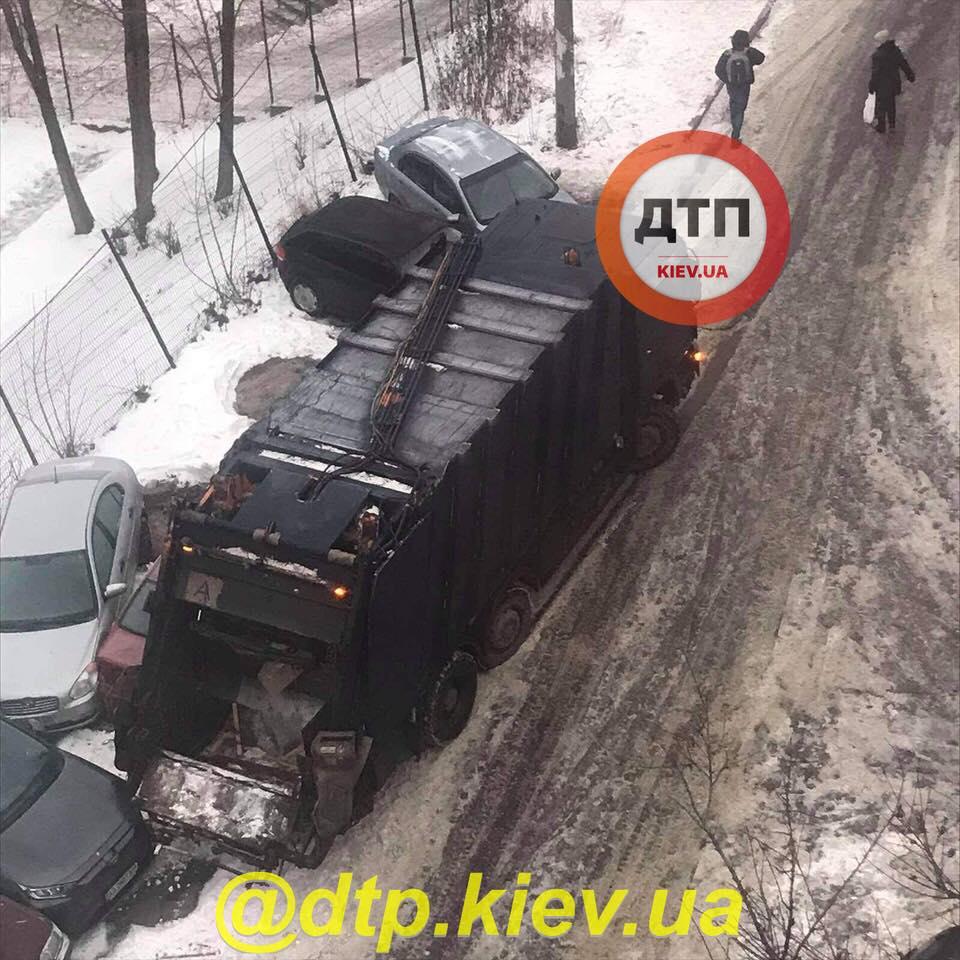 Мусоровоз, который разбил 9 машин в Киеве на Лукьяновке