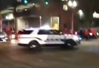 Появилось видео, как американский полицейский протаранил толпу на автомобиле