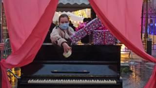 Зеленскому на день рождения подарили пианино «Украина»