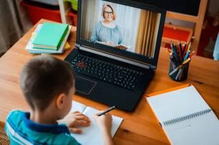 Минобразования возвращает школьников в семи областях на дистанционное обучение