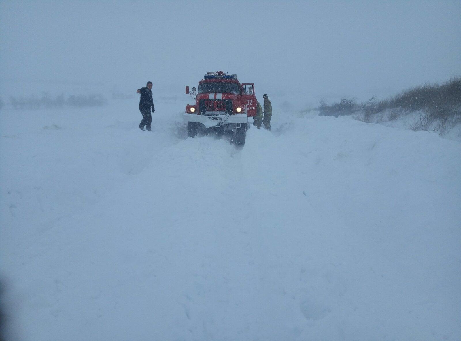 Сотрудники ГСЧС спасают роженицу из снежного плена