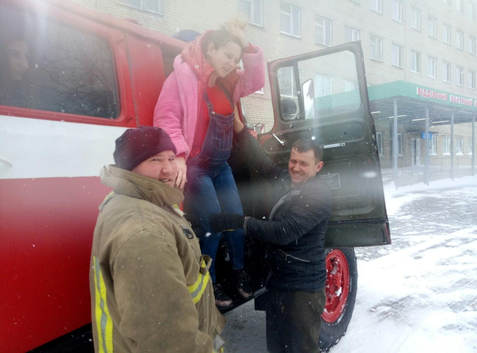 Сотрудники ГСЧС спасли роженицу из снежного плена