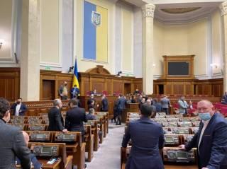 На фоне закрытия телеканалов депутаты заблокировали трибуну Верховной Рады