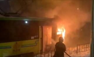 Во Львове на ходу загорелся трамвай. Пассажиры тушили его снегом