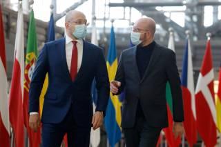 «Как в индийском кино»: соцсети посчитали близнецами премьер-министра Украины и главу Евросовета