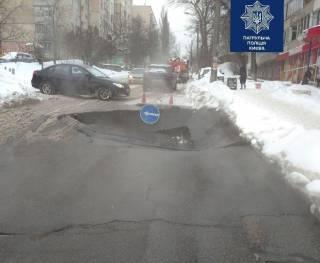 В Киеве провалился асфальт. Движение транспорта остановилось