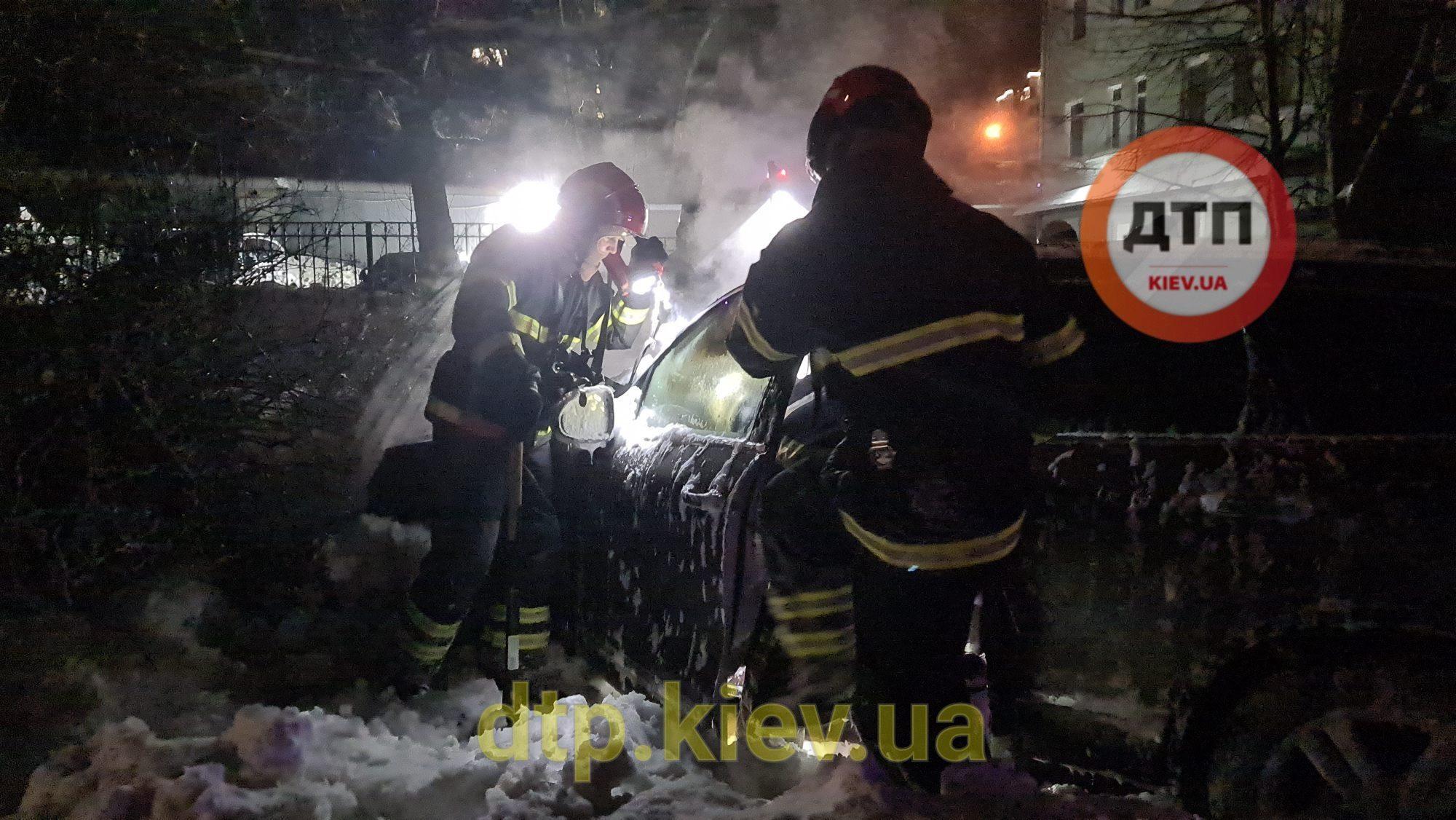 Горящий Volkswagen Touareg Владислава Антонова в Киеве
