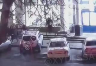 Появилось видео, как полицейская машина наехала на пенсионерку в Одессе