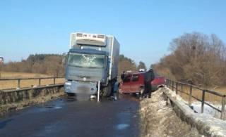 Кровавое ДТП произошло во Львовской области: грузовик буквально смял автомобиль