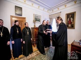 Управделами УПЦ встретился с настоятелями захваченных храмов УПЦ и передал в дар церковную утварь