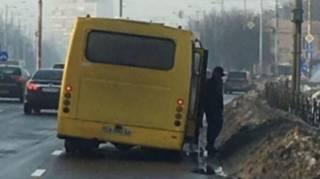 В Киеве у маршрутки на ходу отлетело колесо