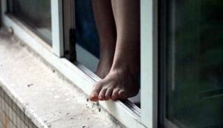 В Киеве школьница выпала с восьмого этажа