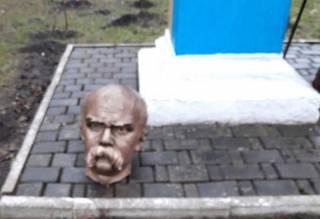 Вандалы атаковали памятник Тарасу Шевченко