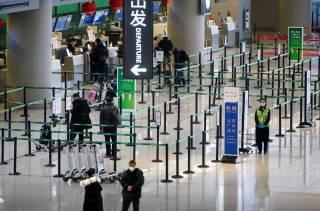 В китайских аэропортах начали делать анальные тесты на коронавирус