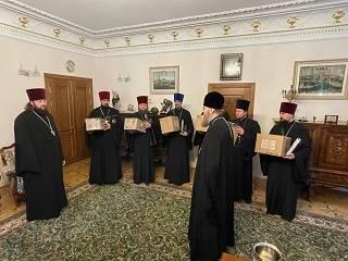 Управделами УПЦ передал настоятелям захваченных храмов церковную утварь для богослужений