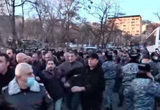 В Армении оппозиция установила палатки и полностью заблокировала здание парламента