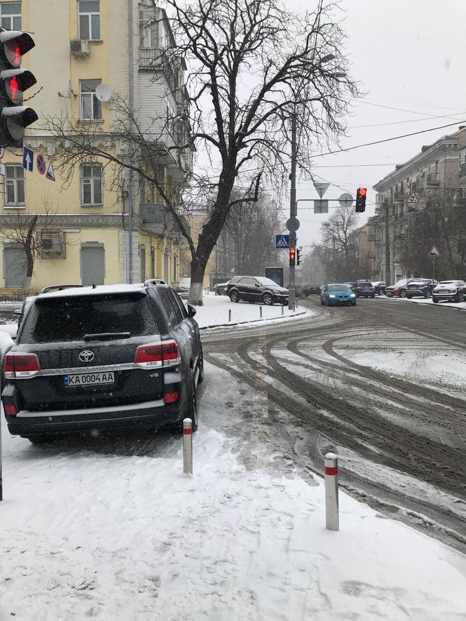 Автомобиль Давида Арахамии, припаркованный на пешеходном переходе под Офисом президента