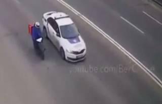 В Сети появилось видео неудачной погони за доставщиком еды на скутере