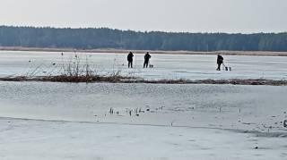 В Киевской области рыбаков унесло на льдине: появилось видео их спасения