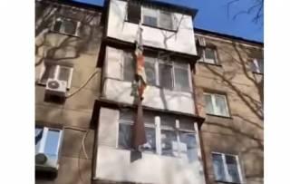 В Одессе женщина попыталась выбраться из квартиры по веревке, связанной из простыней. Итог предсказуем