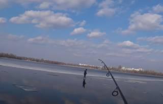 Появилось видео, как рыбак эпично спас ребенка с льдины в Киеве