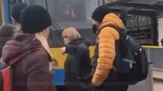 На остановках в Киеве образуются огромные очереди. Пассажиры блокируют транспорт