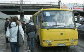 Карантин в Киеве: маршрутки забрасывают камнями за отказ остановиться