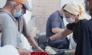 Оксана Марченко накормила бездомных в Киевском Свято-Введенском монастыре
