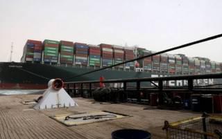 Контейнеровоз, застрявший в Суэцком канале, сняли с мели