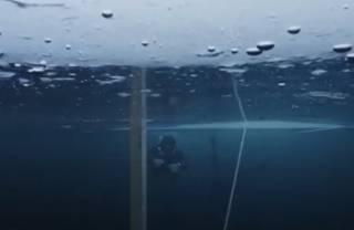 Появилось видео, как француз проплыл подо льдом 120 метров на одном дыхании