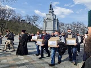 Верующие УПЦ принесли крестным ходом на Банковую ящики с письмами, в которых просьба услышать голос Церкви
