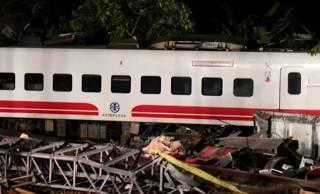Опубликовано видео с места смертельного крушения поезда на Тайване