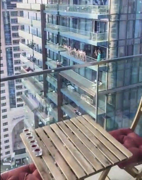 Группа обнаженных девушек на балконе небоскреба в Дубае