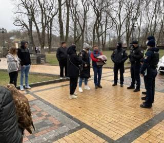 Полиция пресекла жестокое обращение с птицами в центре Киева