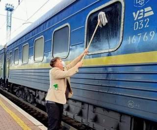 Пока руководство «Укрзализныци» тратит миллионы на перелеты, пассажиры сами моют вагоны