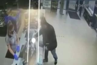 В Киеве водитель плюнул девушке в лицо в ответ на просьбу одеть маску