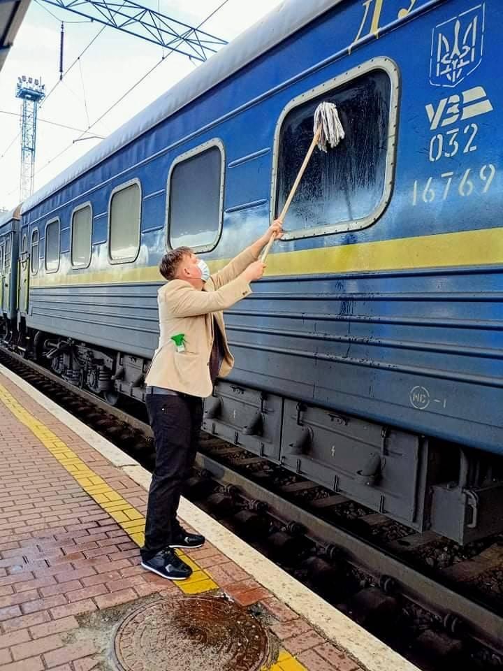 Датчанин Йоханнес Вамберг Андерсен моет окно своего купе
