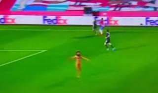 В матче Лиги Европы произошел забавный и пикантный эпизод