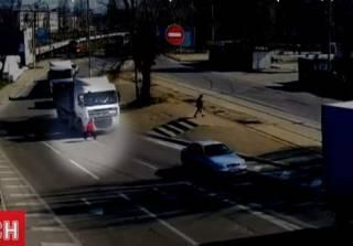 В Днепре водитель грузовика не заметил как переехал пожилую женщину
