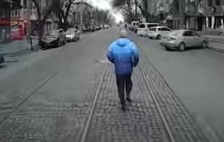 Появилось забавное видео, как в Николаеве злой пассажир бегал «наперегонки» с трамваем