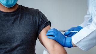 В Минздраве запретили вакцинировать публичных лиц вне очереди