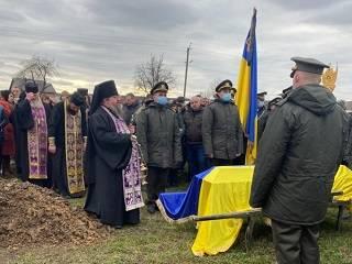 На Буковине священники УПЦ отпели воина ООС