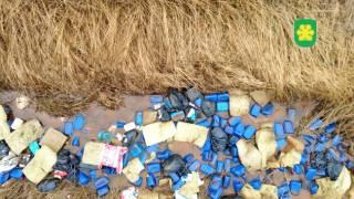 Тысячи канистр с неизвестным веществом заполнили устье реки под Киевом